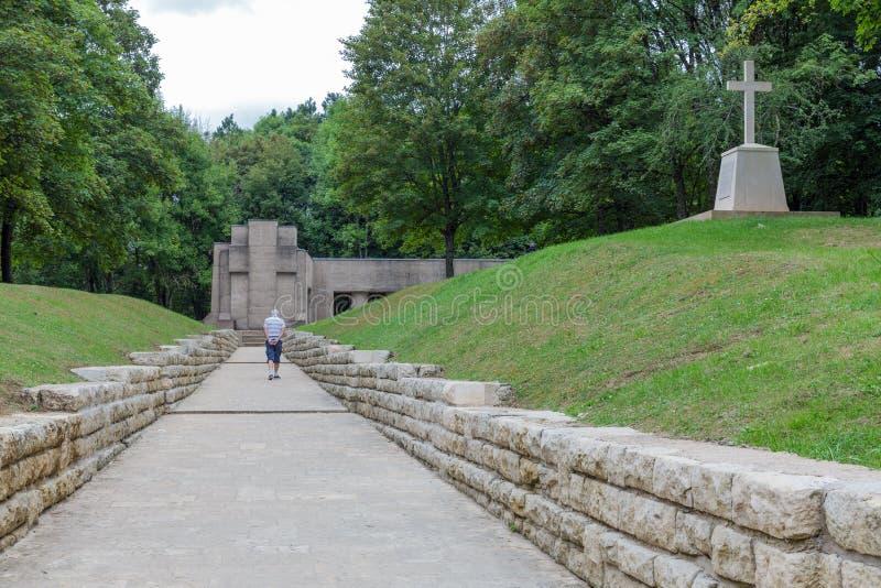 Vieil homme visitant le fossé WW1 commémoratif des baïonnettes chez Douaumont images stock