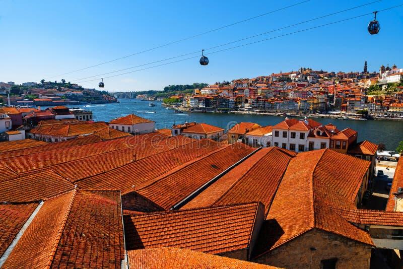 Vieil horizon de ville de Porto, Portugal avec les dessus de toit oranges de vila nova de Gaïa sur la rivière de Douro photographie stock