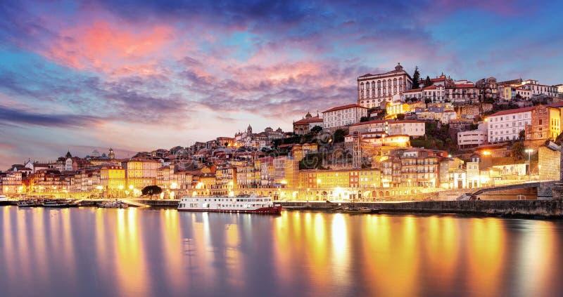 Vieil horizon de ville de Porto, Portugal de l'autre côté de la rivière de Douro images libres de droits