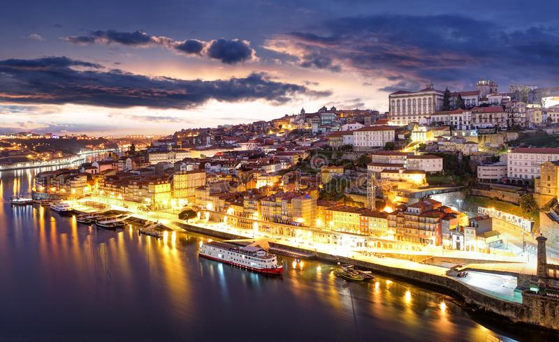 Vieil horizon de ville de Porto, Portugal de l'autre côté de la rivière de Douro image stock