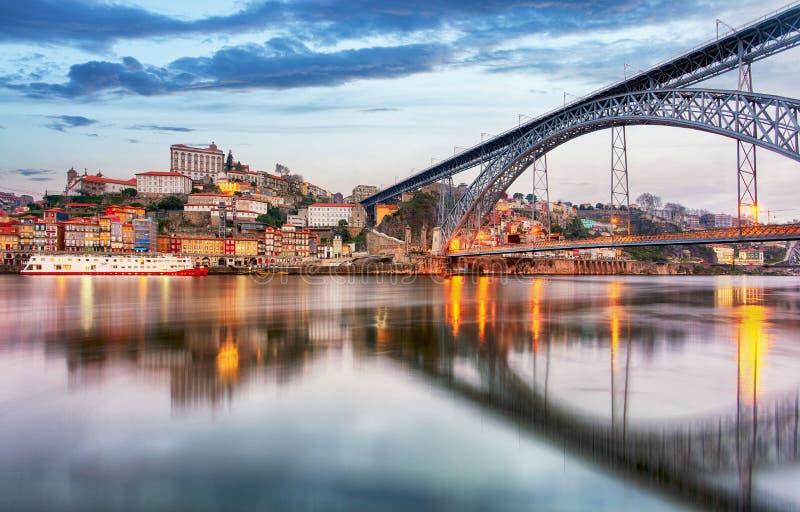 Vieil horizon de ville de Porto, Portugal de l'autre côté de la rivière de Douro photographie stock libre de droits