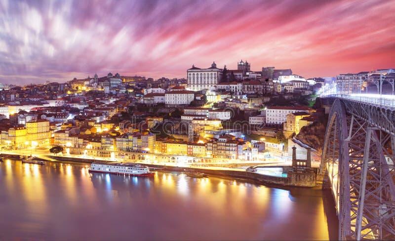 Vieil horizon de ville de Porto, Portugal sur la rivi?re de Douro images stock