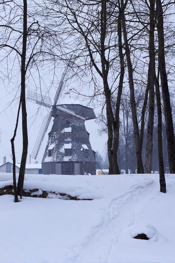 Vieil horizontal de moulin à vent en hiver photographie stock libre de droits