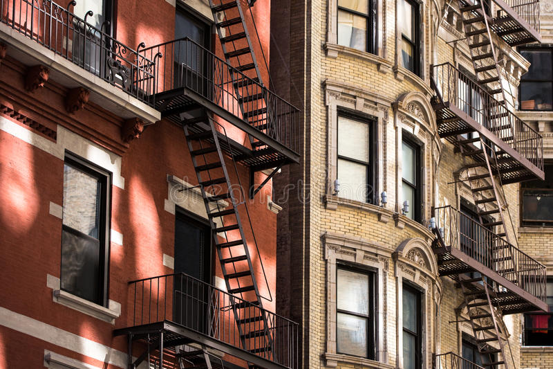 Vieil immeuble avec des sorties de secours, Manhattan photographie stock