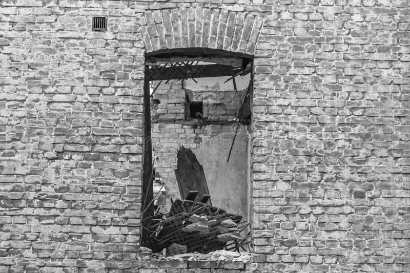 Vieil immeuble de brique sans fenêtre image stock