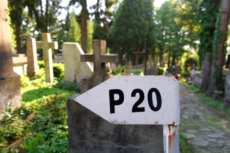 Vieil indicateur sur le cimetière image stock