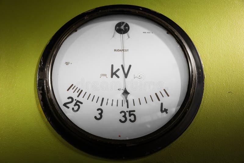Vieil instrument de mesure de l'électronique industrielle à une entreprise photographie stock