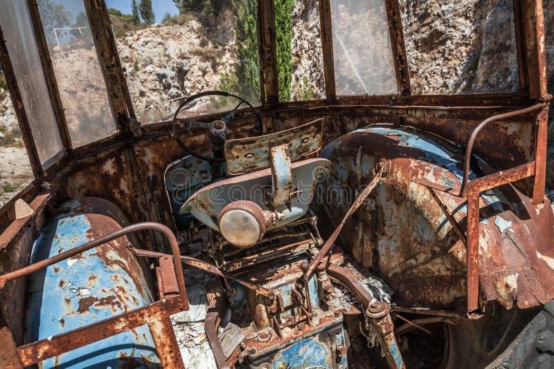 Vieil intérieur abandonné de carlingue de tracteur photographie stock libre de droits