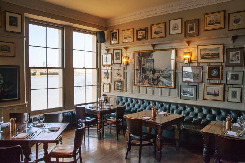 Vieil intérieur anglais de taverne de victorian photographie stock