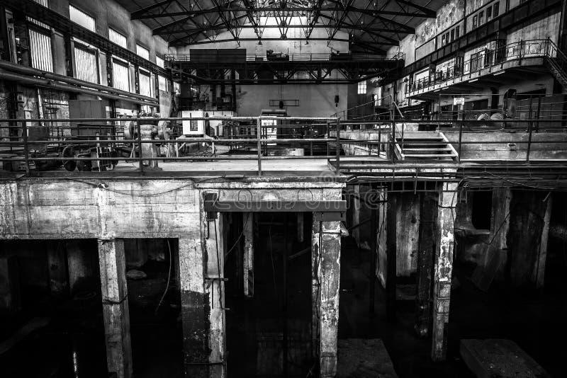 Vieil intérieur industriel abandonné avec la lumière lumineuse image stock