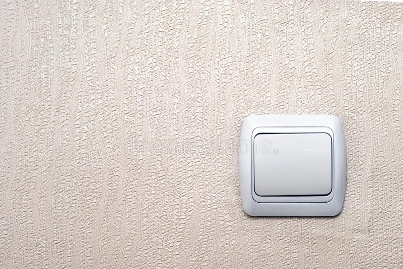 Vieil interrupteur de lampe blanc sur Pinky Textured Wallpaper Background avec l'espace de copie images libres de droits