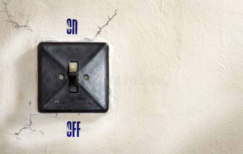 Vieil interrupteur de lampe fixé au mur photographie stock