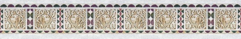 Vieil italien a découpé le cadre en pierre avec la forme géométrique et de feuillage prise de la frise médiévale de la façade de  photos stock