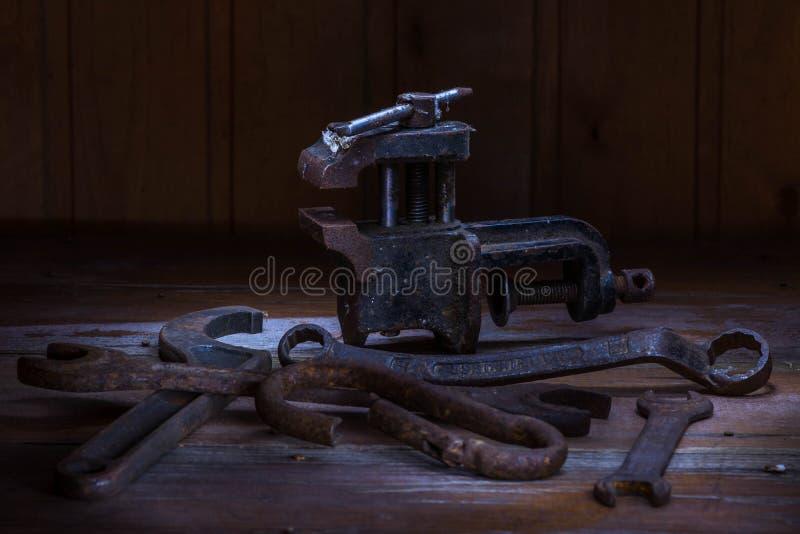 Vieil outil rouillé dans la chambre noire, endroit totalement sombre, jouant avec des lumières, vieille substance, vice, clés sur photo libre de droits