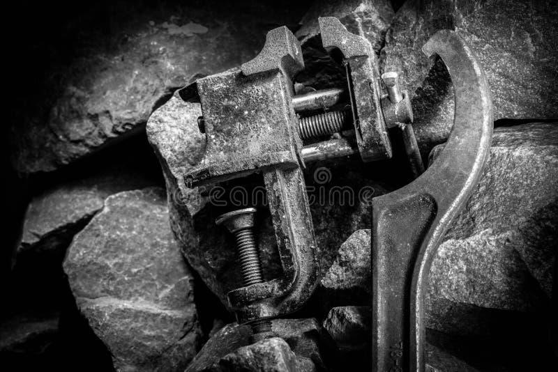 Vieil outil rouillé dans la chambre noire, endroit totalement sombre, jouant avec des lumières, vieille substance, vice, roche photographie stock