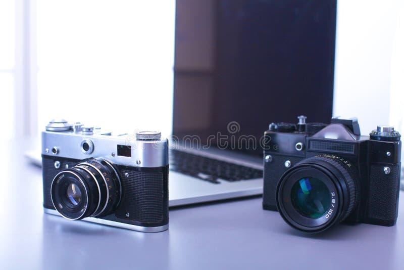 Vieil photo-appareil-photo de film de cru dans le cas en cuir images libres de droits