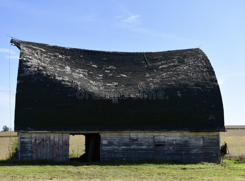 Vieil s'effondrer de toit de grange photos libres de droits