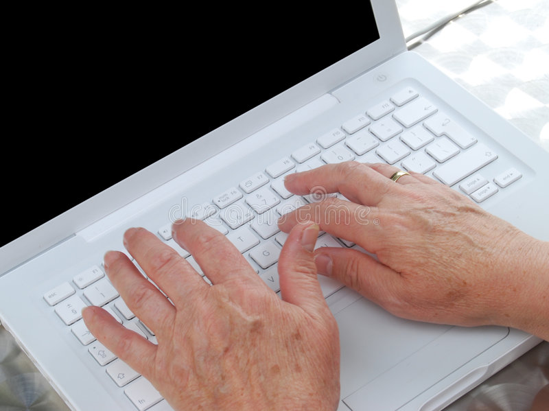 Vieil utilisateur d'ordinateur portatif image libre de droits