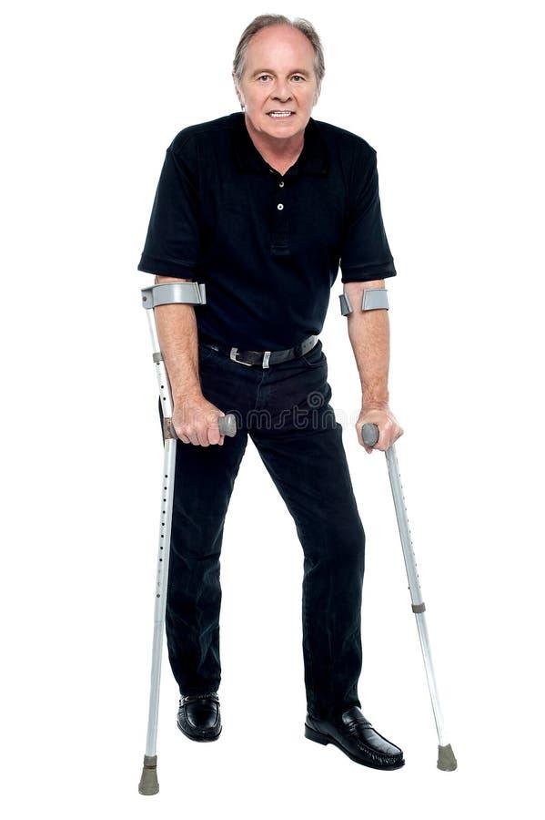 Vieillard prenant ses premières étapes après sa chirurgie réussie photographie stock libre de droits