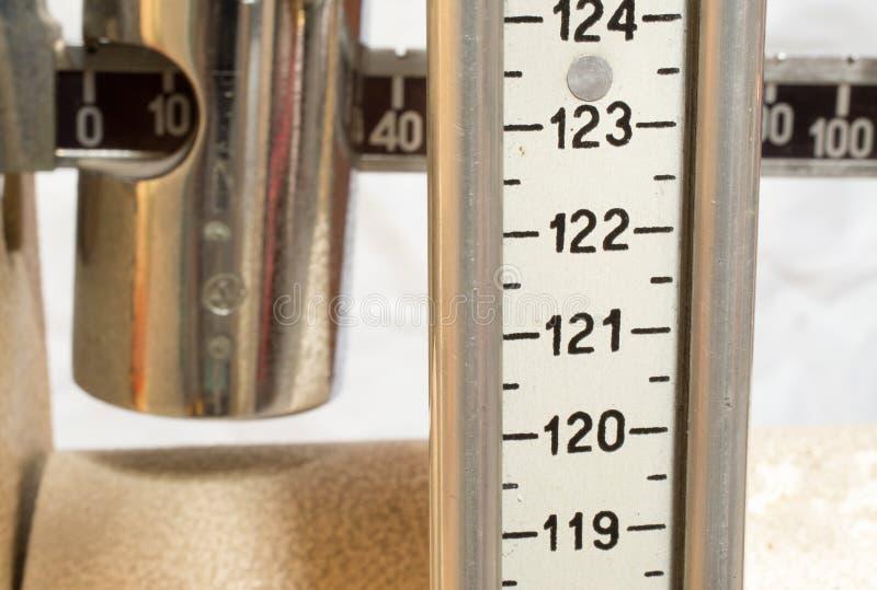 Vieille échelle avec le mètre pour mesurer le poids et la taille image libre de droits