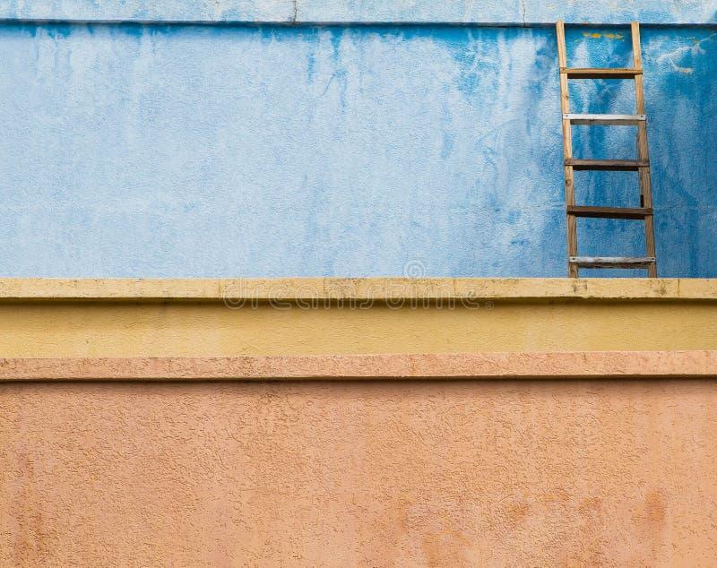 Vieille échelle en bois sur le stuc images libres de droits