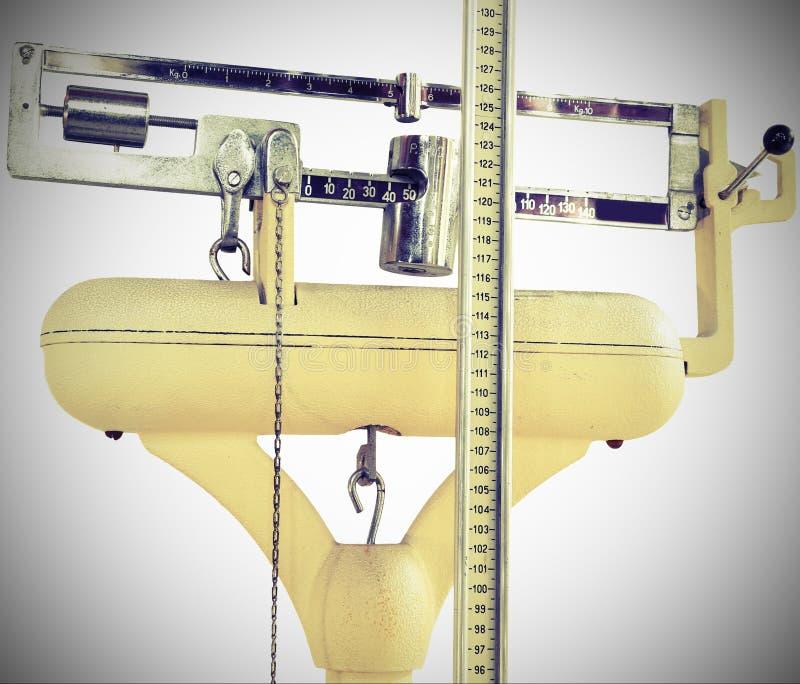 Vieille échelle pour mesurer le poids et la taille pendant l'ex médical images stock