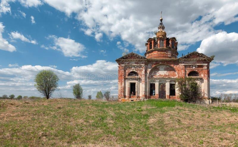 Vieille église abandonnée de brique dans la campagne sur le fond du ciel bleu avec des nuages images libres de droits