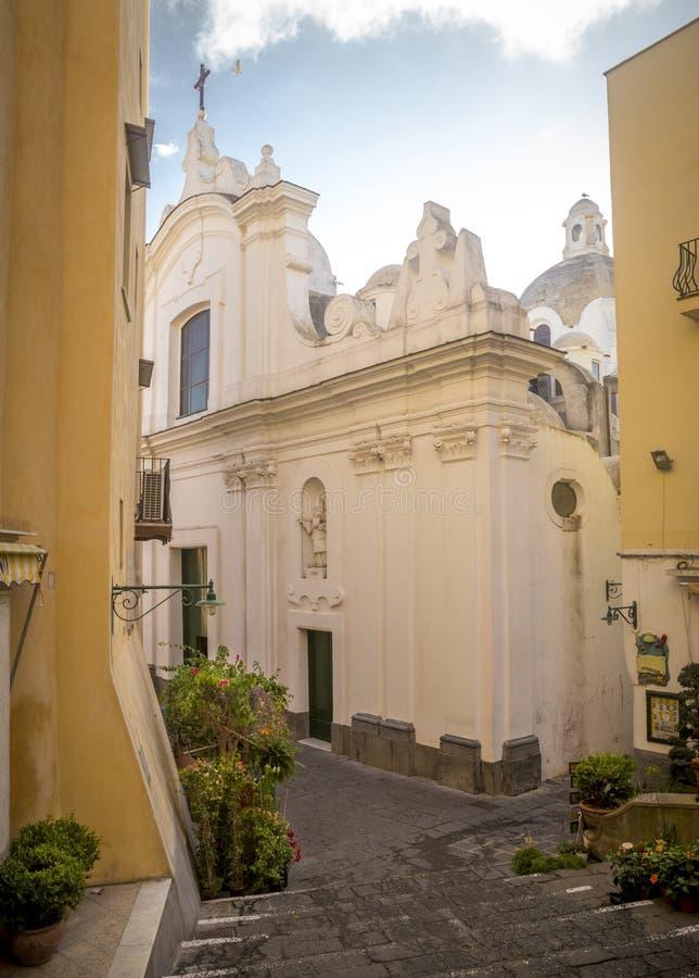Vieille église au centre de la vieille ville de Capri, île de Capri, Italie images stock