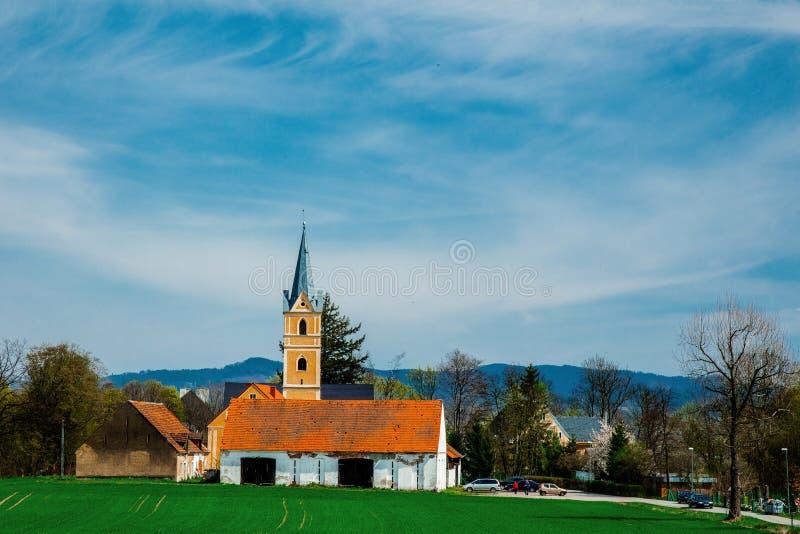Vieille église chrétienne de campagne avec les montagnes et le ciel bleu photographie stock