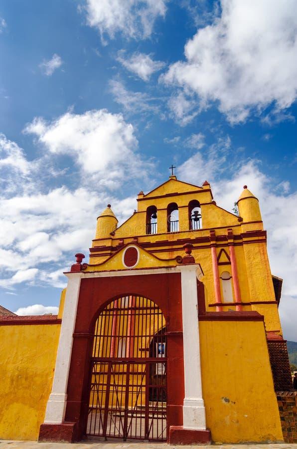 Vieille église coloniale jaune images libres de droits