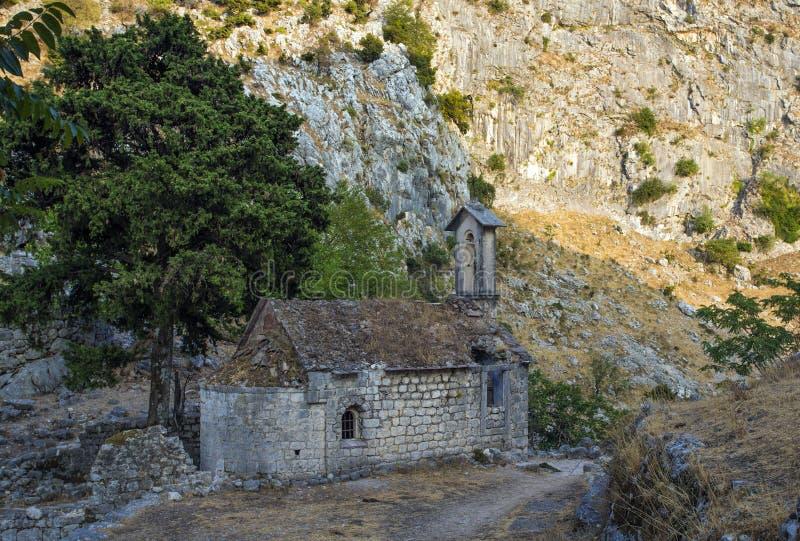 Vieille église détruite dans Monténégro Montagnes et nature images stock