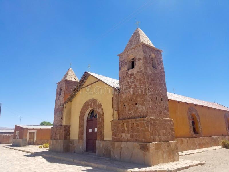 Vieille église dans un village en Amérique du Sud, construite avec les briques d'argile et la boue photographie stock libre de droits