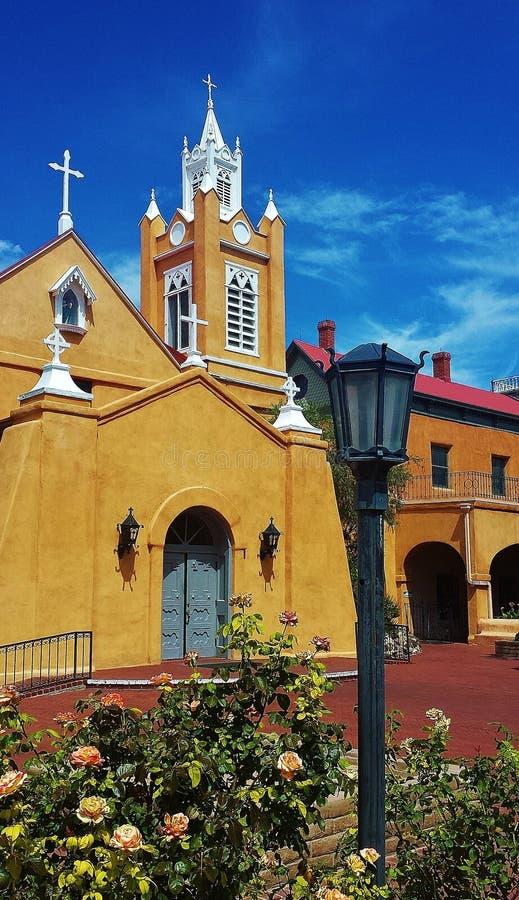 Vieille église de ville photographie stock libre de droits