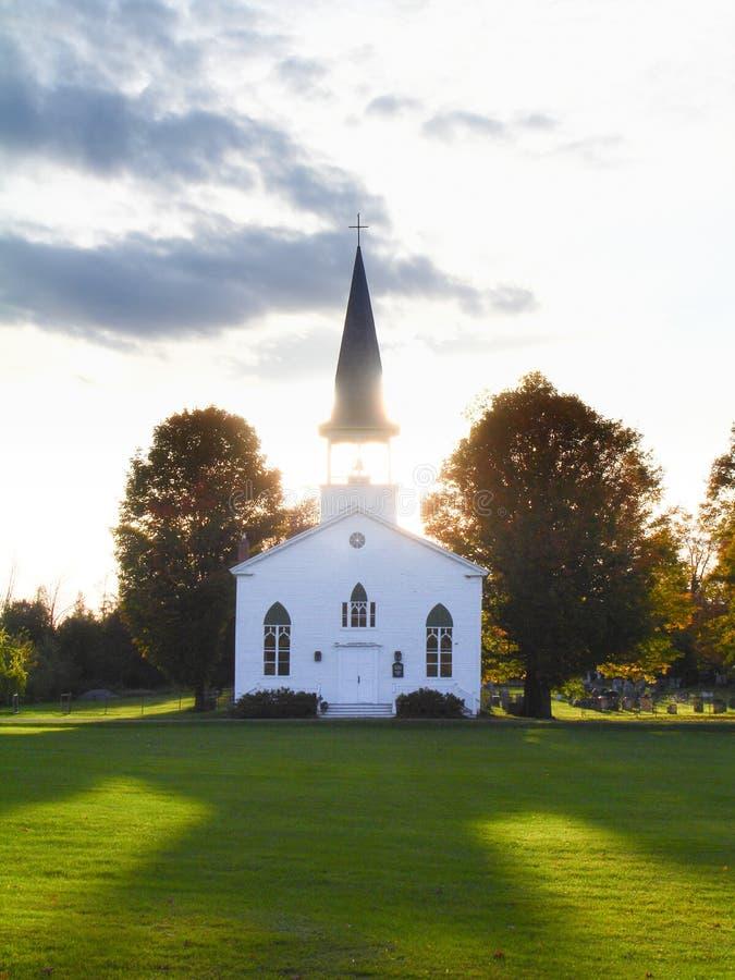Vieille église en bois au coucher du soleil image libre de droits
