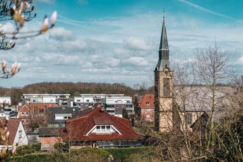 Vieille église gothique catholique, située dans peu de ville avec les briques blanches photos stock