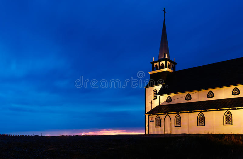 Vieille église la nuit dans Terre-Neuve image stock
