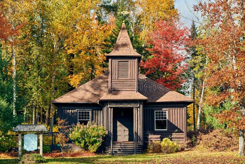 Vieille église même de rondin à l'automne images stock