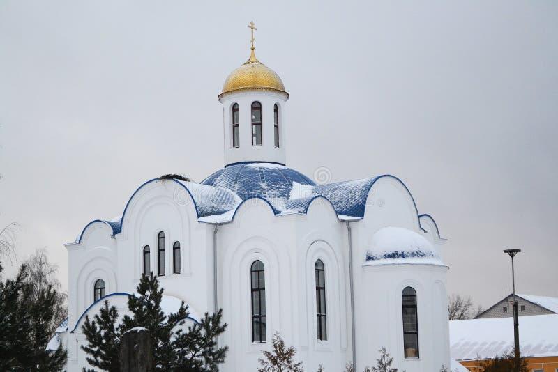 Vieille église orthodoxe avec le monastère de femme au Belarus images stock