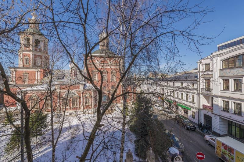 Vieille église orthodoxe dans la cour d'hiver de Moscou images stock