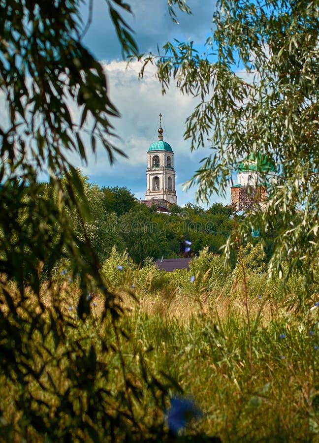 Vieille église orthodoxe de village Nature de la Russie Paysage images stock