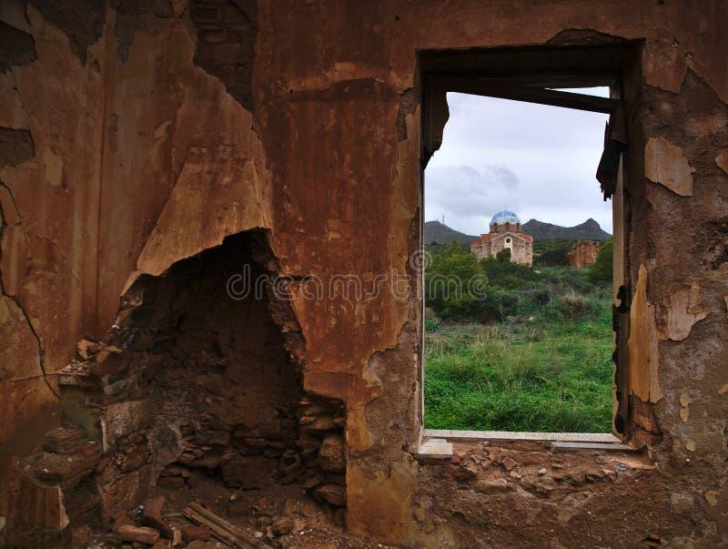 Vieille église orthodoxe encadrée par une fenêtre photos libres de droits