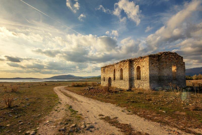 Vieille église orthodoxe orientale de saint Ivan Rilski près de barrage Jrebchevo, Bulgarie Ruined a abandonné l'église à la lumi photo stock