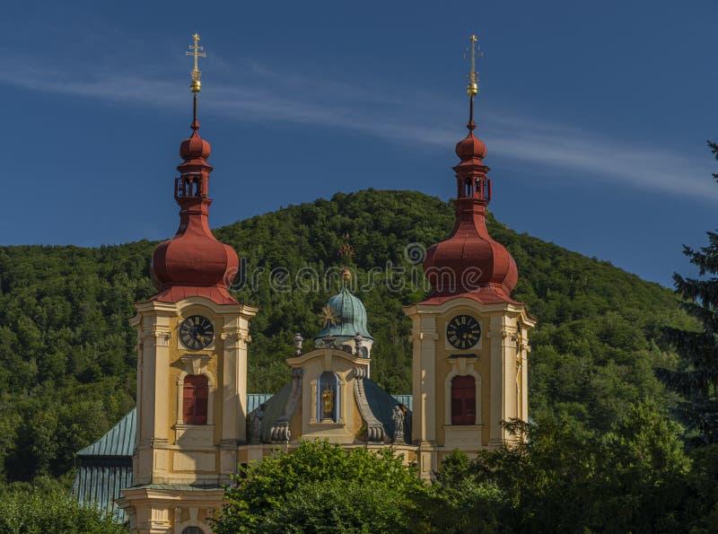 Vieille église près de monastère dans la ville de Hejnice en Bohême du nord image stock
