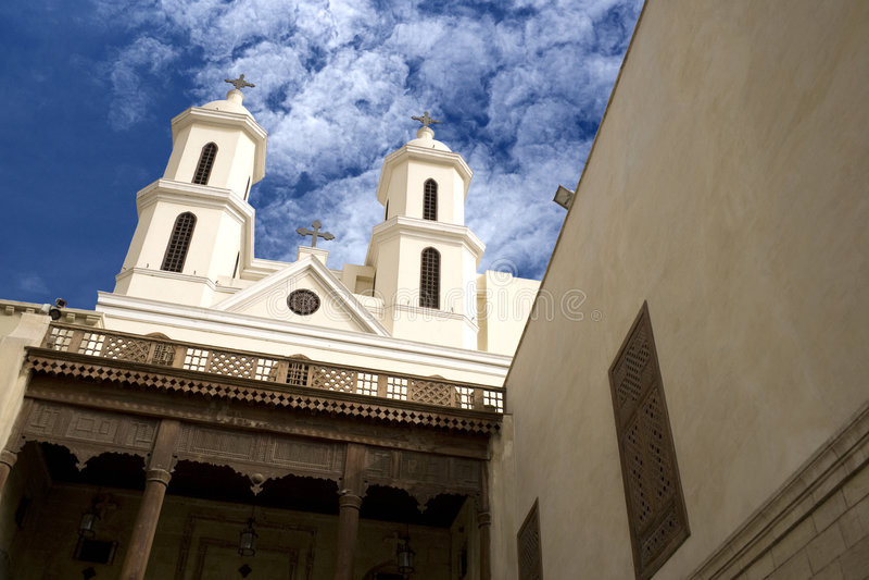 Vieille église s'arrêtante du Caire image stock