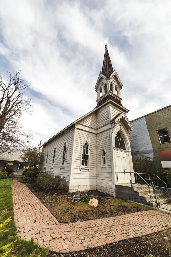 Vieille église sous le ciel bleu photos stock