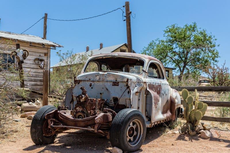 Vieille épave de voiture à l'épicerie générale de Hackberry image libre de droits