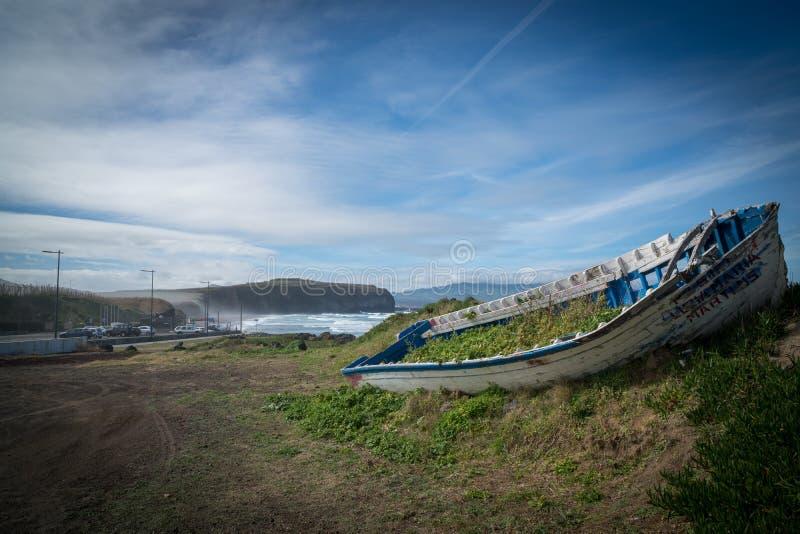 Vieille épave envahie de bateau à la plage image stock