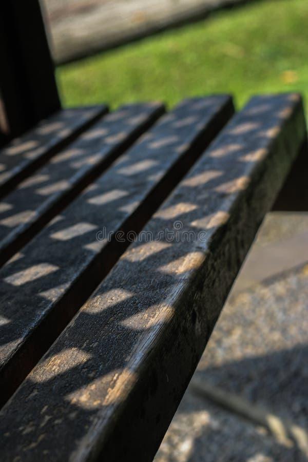 Vieille allocation des places en bois dans le jardin image libre de droits