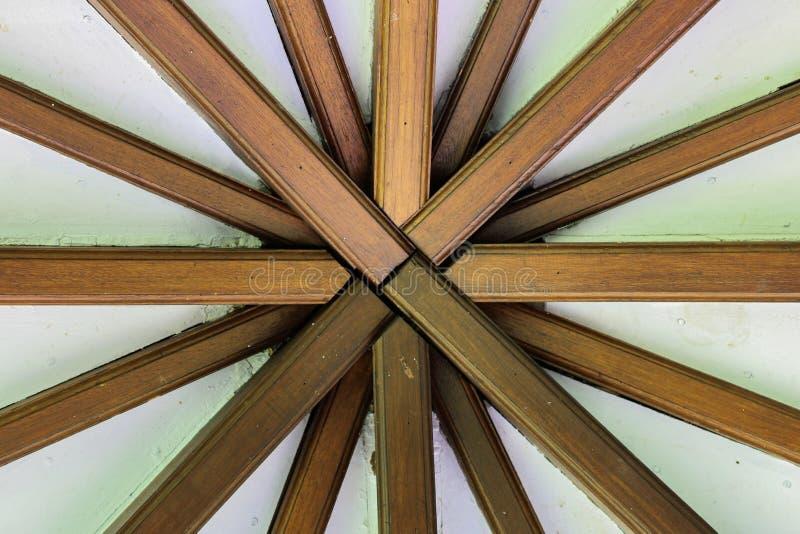 Vieille allocation des places en bois dans le jardin images libres de droits