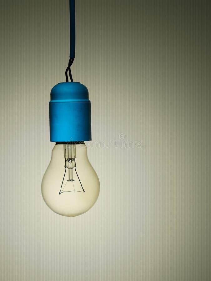 Vieille ampoule incandescente avec le mauvais câblage, vue photos stock